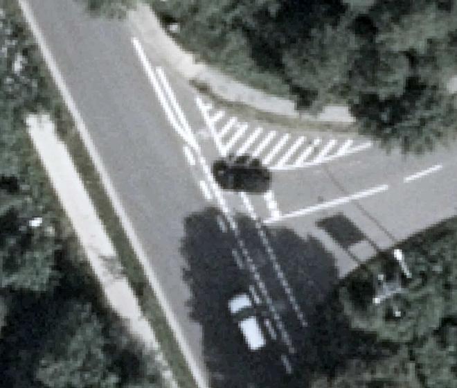 Eine deutlichere Markierung wie hier an einer vergleichbaren Einmündung in Uelzen, soll RadlerInnen an der L216 besser vor in und aus der Schlesienstraße abbiegenden Autos schützen.