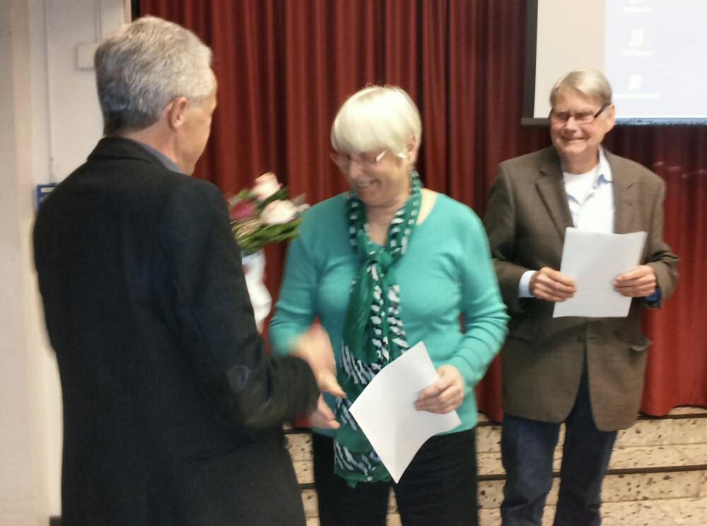 Hinrich Bonin begrüßt Dagmar Gollers mit Blumen