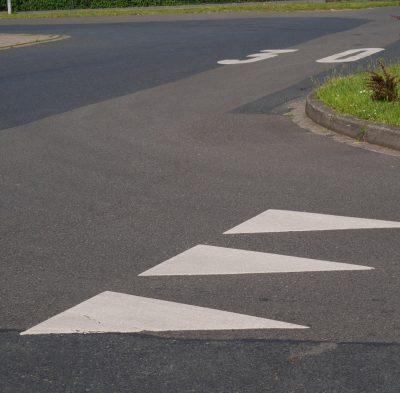 """""""Haifischzähne"""" - Neuartige Markierungen zur Verkehrsberuhigung"""